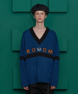 [UNALLOYED] ROOM LOGO V NECK KNIT